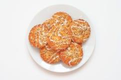 Biscuits ronds avec le tournesol et les graines de sésame, vue supérieure, petit d Photo stock