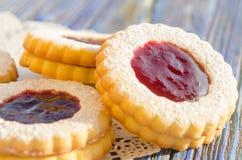 Biscuits ronds de la pâtisserie avec de la confiture de framboise Image stock