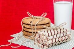 Biscuits ronds et petits pains doux avec un verre de lait Photo libre de droits