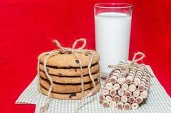 Biscuits ronds et petits pains doux avec un verre de lait Photos libres de droits