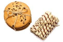 Biscuits ronds et petits pains doux en isolation Images stock