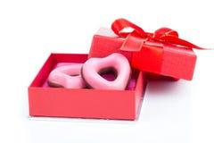 Biscuits roses de coeur pour le jour de valentines en cadeau rouge Photos stock