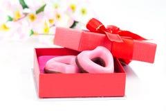 Biscuits roses de coeur pour le jour de valentines en cadeau rouge Image stock