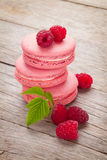 Biscuits roses de macaron de framboise Photos stock