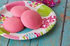 Biscuits roses de Pâques d'un plat de printemps Photo libre de droits