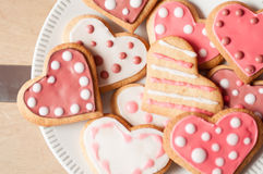 Biscuits roses et blancs de coeur Photo stock