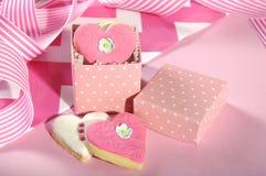 Biscuits roses et blancs de forme de coeur photos stock