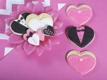 Biscuits roses et noirs et blancs de forme de coeurs de mariage photographie stock libre de droits