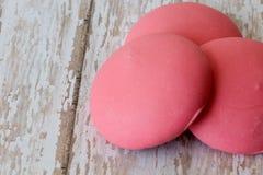 Biscuits roses ronds de Pâques sur un fond texturisé Images stock