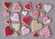 Biscuits rouges et roses de coeur Photographie stock libre de droits