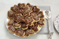 Biscuits sablés avec le glaçage de chocolat Photos stock