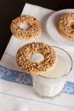 Biscuits sablés d'anneau avec des écrous sur le dessus Photo stock