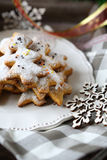 Biscuits sablés d'un plat, fêtes de Noël image libre de droits