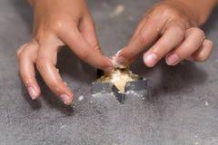 Biscuits sablés de vanille de coupe d'enfant images stock