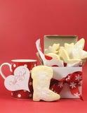 Biscuits sablés faits maison de biscuit avec la tasse de café - l'espace de verticale et de copie Photographie stock libre de droits