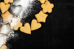 Biscuits sablés faits maison et sucre en poudre Photo stock