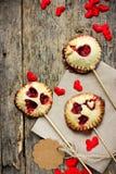 Biscuits sablés faits maison sur des bruits de bâton ou de tarte avec la fraise Photographie stock