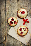 Biscuits sablés faits maison sur des bruits de bâton ou de tarte avec la fraise Images libres de droits