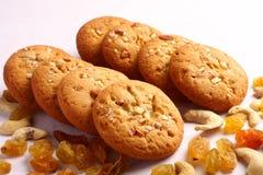 Biscuits sains de beurre d'arachide avec des écrous et des raisins secs Image libre de droits