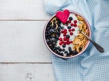 Biscuits sains de céréale de petit déjeuner, cornflakes, yaourt et baies fraîches images stock
