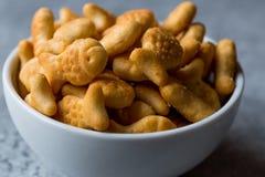 Biscuits salés de poissons dans une cuvette Images stock