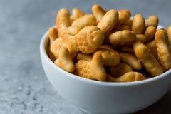 Biscuits salés de poissons dans une cuvette Photos libres de droits