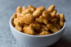 Biscuits salés de poissons dans une cuvette Photographie stock