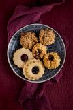 Biscuits savoureux de Noël de grand-mamans décorés sur une table de cuisine Photo stock