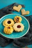 Biscuits savoureux de Noël de grand-mamans décorés sur une table de cuisine Photographie stock