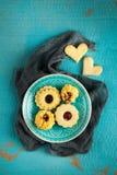 Biscuits savoureux de Noël de grand-mamans décorés sur une table de cuisine Images libres de droits