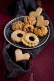 Biscuits savoureux de Noël de grand-mamans décorés sur une table de cuisine Photos stock