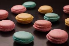 Biscuits savoureux olorful de macarons de ¡ de Ð sur le fond noir de table Photos stock