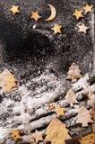 Biscuits sous forme d'étoiles et arbres de Noël Photo stock