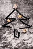 Biscuits sous forme d'étoiles et arbres de Noël Image stock