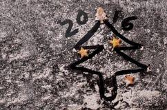 Biscuits sous forme d'étoiles et arbres de Noël Images stock