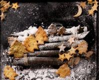 Biscuits sous forme d'étoiles et arbres de Noël Photographie stock libre de droits