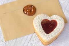 Biscuits sous forme de coeur avec de la confiture de framboise Photographie stock libre de droits