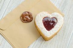 Biscuits sous forme de coeur avec de la confiture de framboise Photos stock