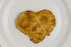 Biscuits sous forme de coeur d'un plat blanc Traitement au four fait maison Le jour de Valentine Image stock
