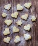 Biscuits sous forme de coeur et étoile Photographie stock libre de droits