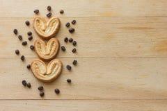 Biscuits sous forme de coeur sur un fond en bois clair Photo stock