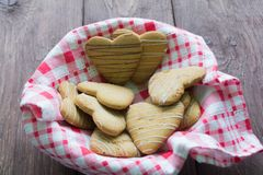 Biscuits sous forme de coeur sur une serviette à carreaux Photos libres de droits