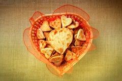 Biscuits sous forme de coeurs dans un panier Photographie stock libre de droits