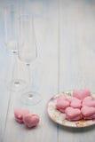 Biscuits sous forme de coeurs le jour du ` s de Valentine Photos stock