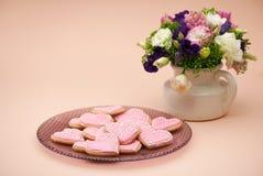 Biscuits sous forme de coeurs le jour du ` s de Valentine Image libre de droits