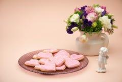 Biscuits sous forme de coeurs le jour du ` s de Valentine Images libres de droits