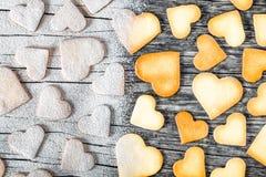 Biscuits sous forme de coeurs, vue supérieure Photographie stock libre de droits