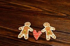 Biscuits sous forme de deux hommes et un coeur entre eux Photo libre de droits