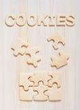 Biscuits sous forme de puzzles et lettres sur la table Photos libres de droits