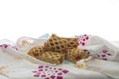 Biscuits sur la nappe et le fond blanc Photographie stock